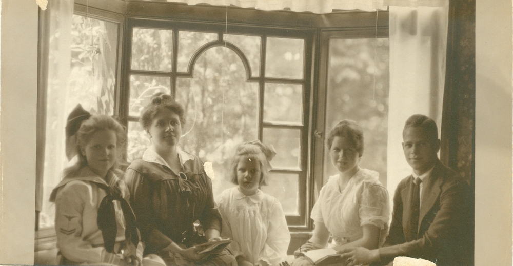 L-R: Henrietta, Caroline Sargent Walter, Helen, Betty and David, circa 1917