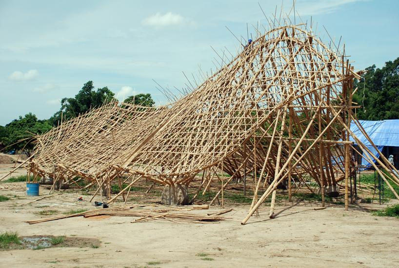 The central pavilion during the building process demonstrates the skeleton that supports its wavy form. The bamboo comes from a local factory, a short drive away from the school. Photo courtesy of Ally Taylor/Panyaden.