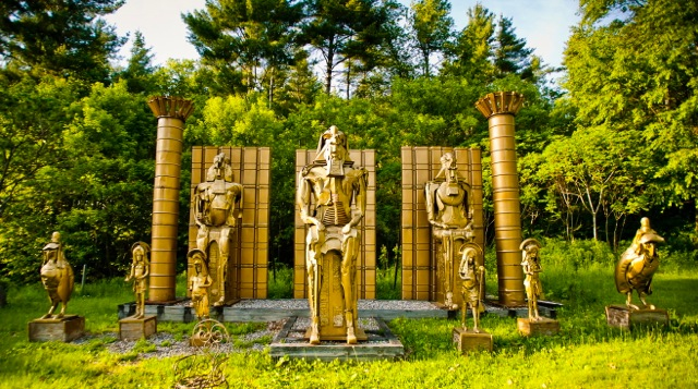 THIS IMAGE PRESENTS THE SCULPTURE OF THE ABRAHAMIC FAMILY, A STATION IN THE SCULPTURAL TRAIL IN THE HISTORY OF LOVE.