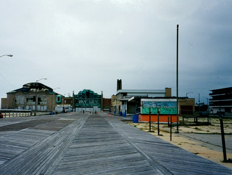 2001. The Empress Motel is on the far right.