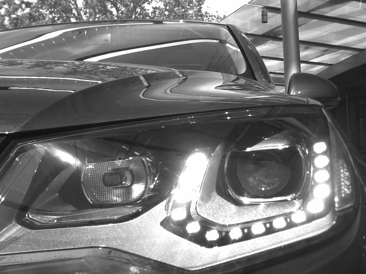 Headlight of the all-new 2011 Volkswagen Touareg2.