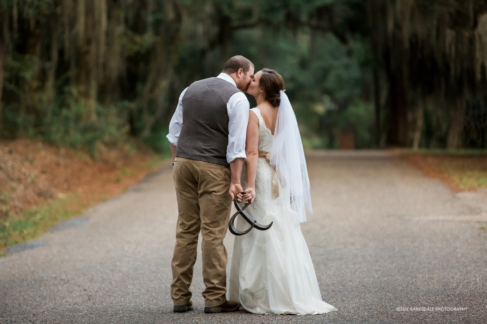 Jessie Barksdale_Elms Coosada_Plantation Home_Moss Mossy Trees_Bride and Groom Kiss_Fall Wedding Inspiration_Ampersand_Birmingham Montgomery Alabama Atlanta Selma Wedding Photographer