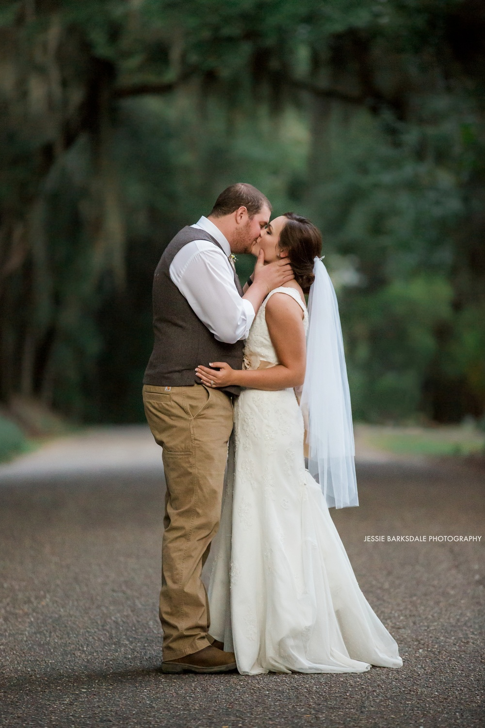 Jessie Barksdale_Elms Coosada_Plantation Home_Moss Mossy Trees_Bride and Groom Kiss_Fall Wedding Inspiration_Birmingham Montgomery Alabama Atlanta Selma Wedding Photographer