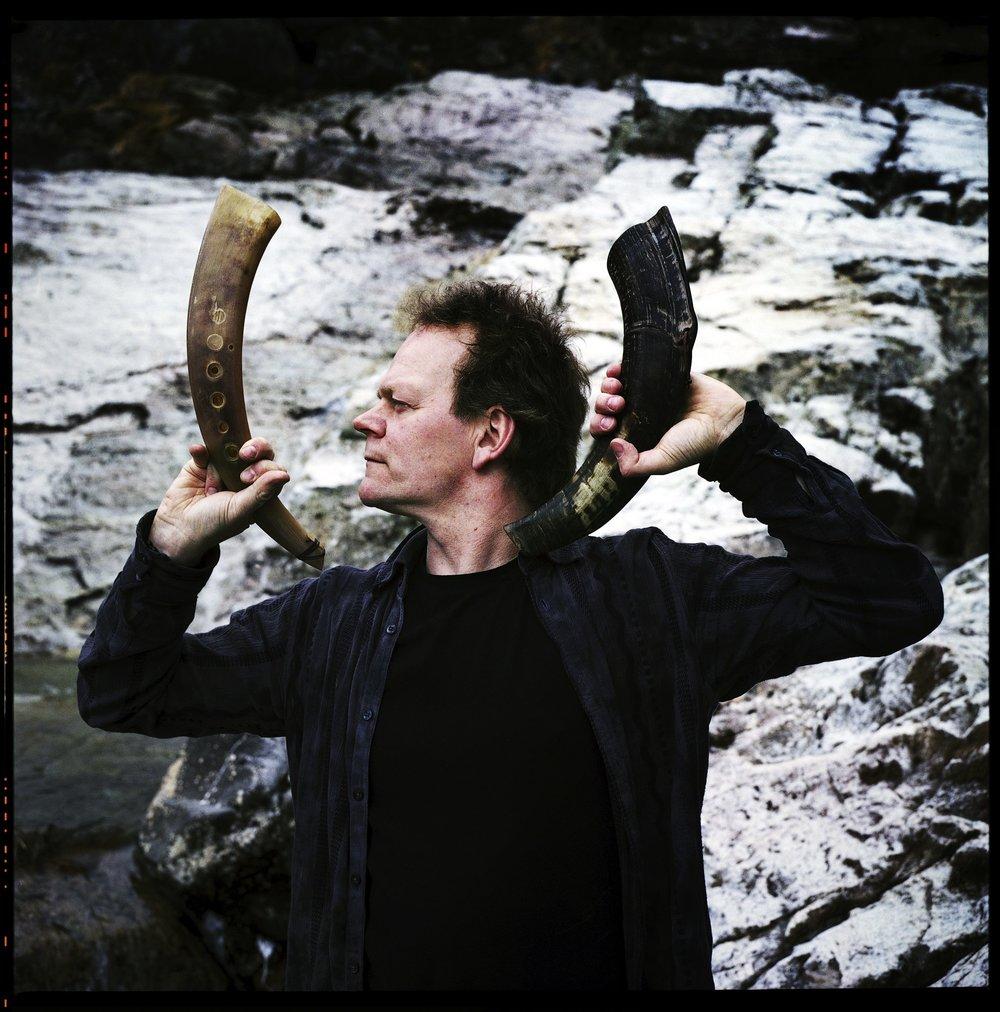 Karl Seglem er klar for å trollbinda oss med urtonar ute på Nærøyfjorden i kveld!