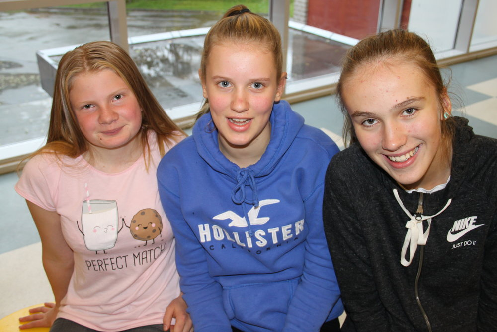 Helene. Tirill og Linn representerer Aurland Barne- og ungdomsskule under ORDSKIFTE!