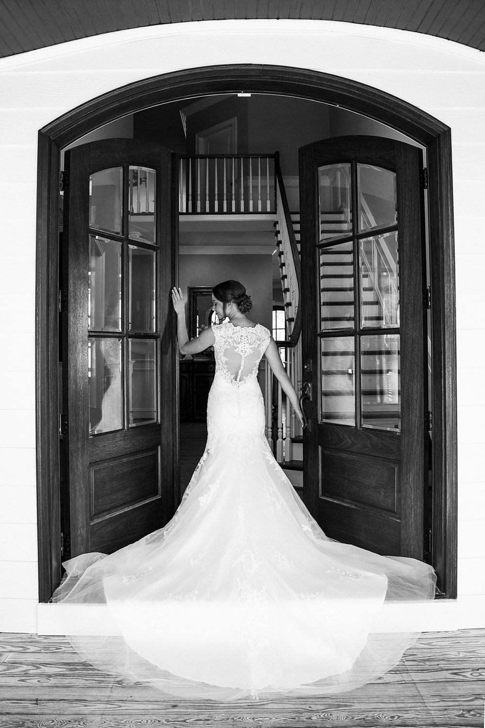 bridal portait in grand entrance of the oaks at salem venue