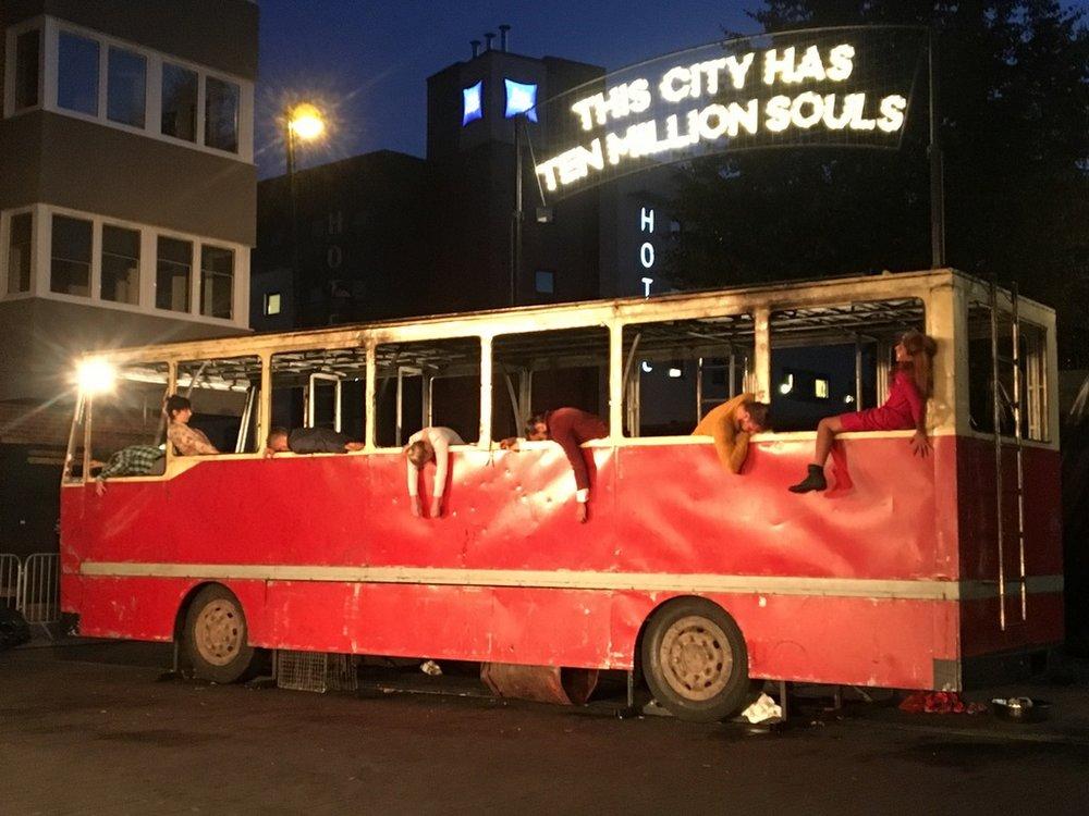 Teatr-Biuro-Podróży-Bell-Square-bus.jpg