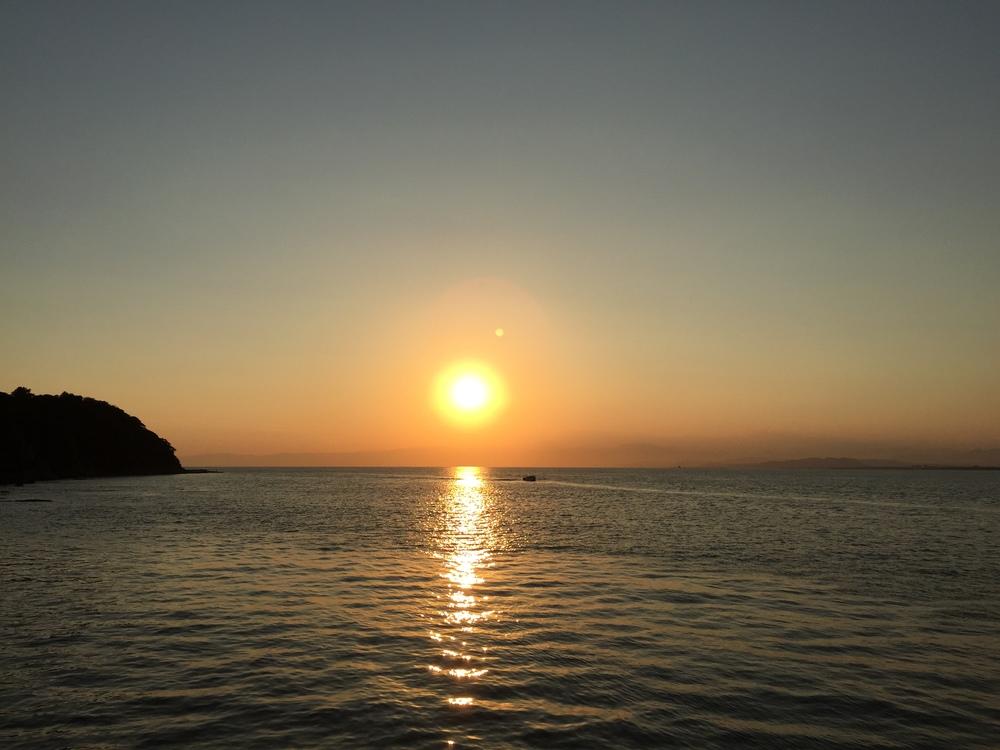 Захід сонця по дорозі до острова Еношіма. Японія дійсно має чудові краєвиди коли мова йде про різні ефекти сонця