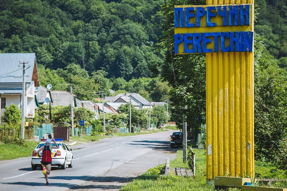 Тарас забігає в Перечин. До фінішу майже 4 км. Автор - Сергій Денисенко, офіційна сторінка Перечинського пів марафону