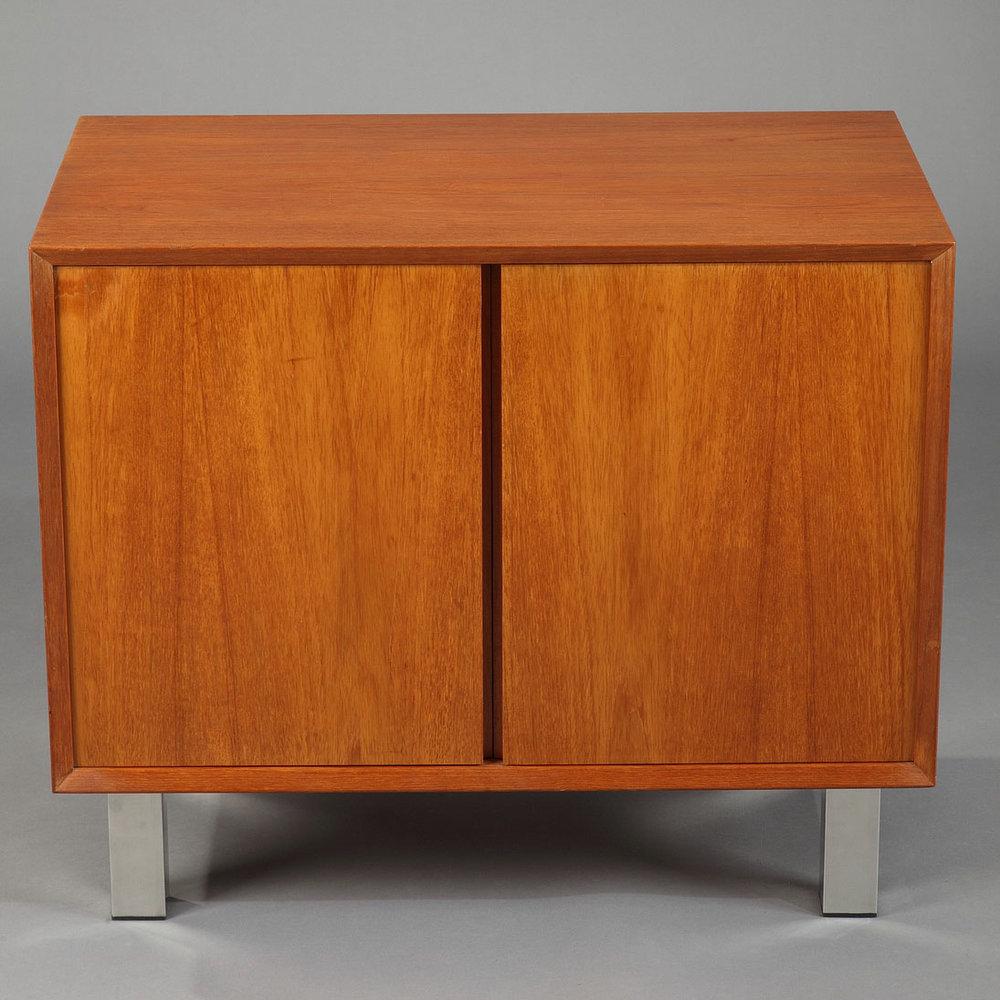 meuble bas danois en placage de teck deux vantaux meubles. Black Bedroom Furniture Sets. Home Design Ideas