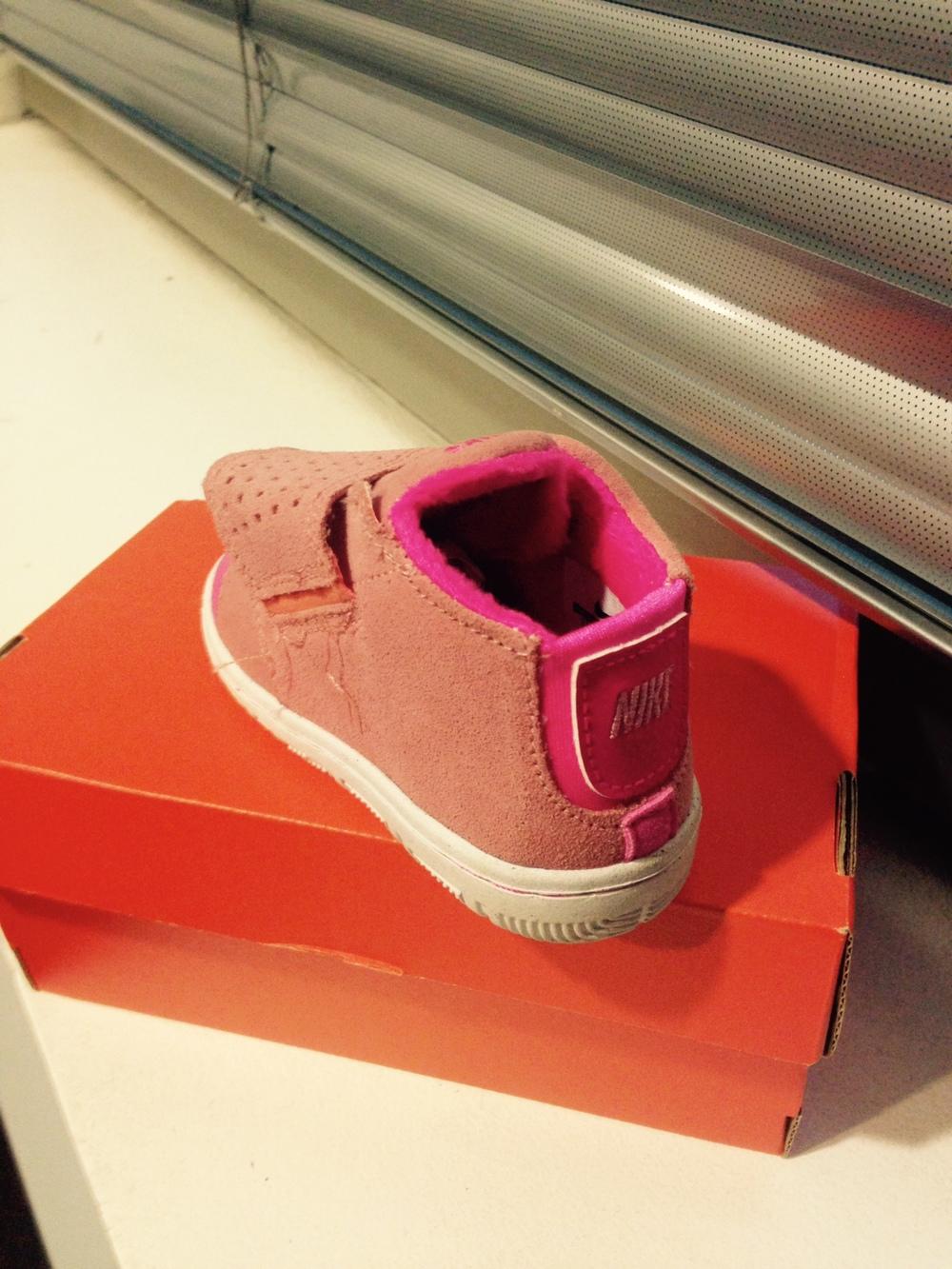 Éstas son las zapatillas que hemos usado los últimos meses; son ideales por el velcro y el elástico en el talón.