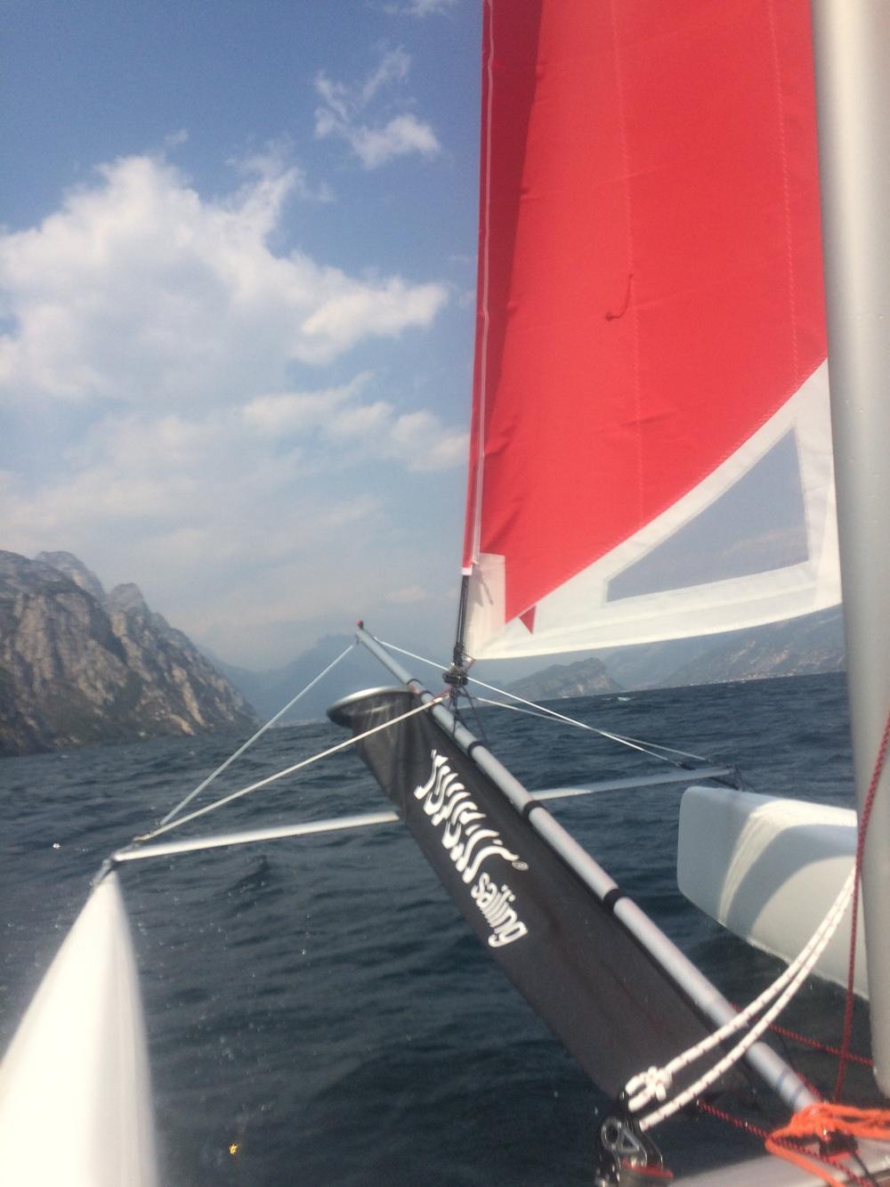 Ruime wind knallen met de topcat catamaran op het gardameer!