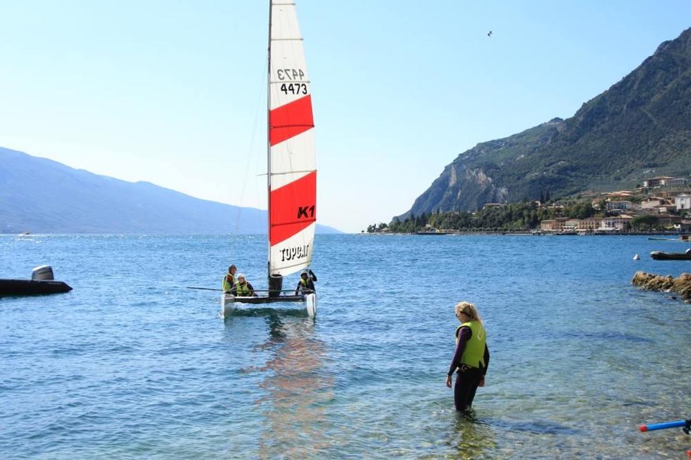 Catamaran zeilen met een Topcat K1 onder een straal blauwe hemel.