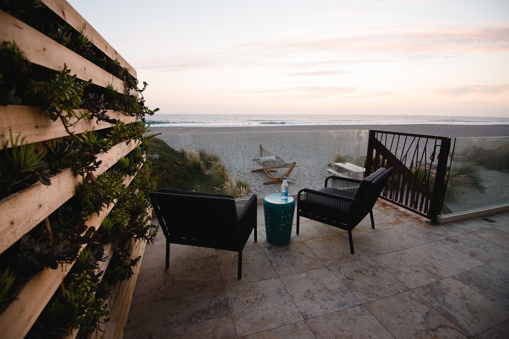 A SECLUDED SPOT FOR SUN Gina and Levi teamed up to create this incredible living wall that tucks you in as you get cozy in these refined charcoal gray beach chairs.