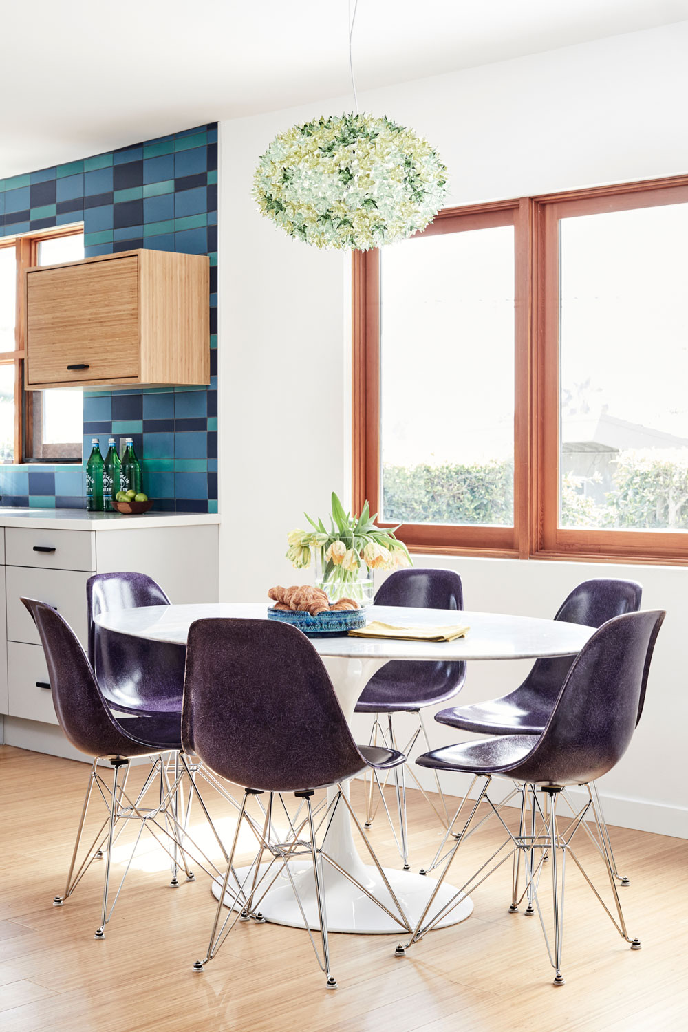All that blue in the kitchen plays beautifully with these deep purple Case Study chairs and Bloom Pendant from Knoll.