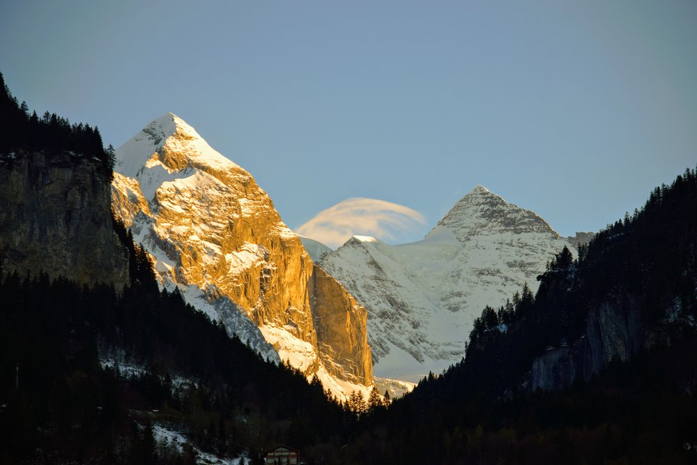 The intimidating rock face on the left is the Wellhorn (3,191 m). And the pointy peak on the right-hand side is the Wetterhorn (3,692 m)
