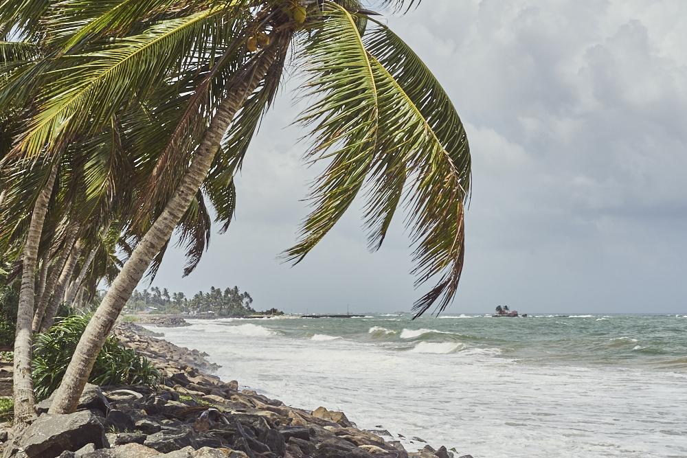 Diese Küste hat es damals im 2004 von Tsunami am härtesten getroffen. War schon ein krasses Gefühl dort zu stehen und sich das ganze mal vorzustellen. Mir gingen die ganze Zeit diese Videos aus der Tagesschau und Youtube durch den Kopf. Im Bauch entwickelte sich ein merkwürdiges Gefühl. Ach ja und warum waren wir dort? Weil wir auf dem Weg nach Galle waren, eine Stadt in Sri Lanka mit ca. 95000 Einwohnern.