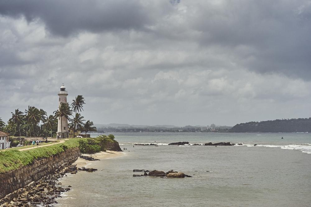 Auf der Mauern von Galle welche die Küste umkreist.