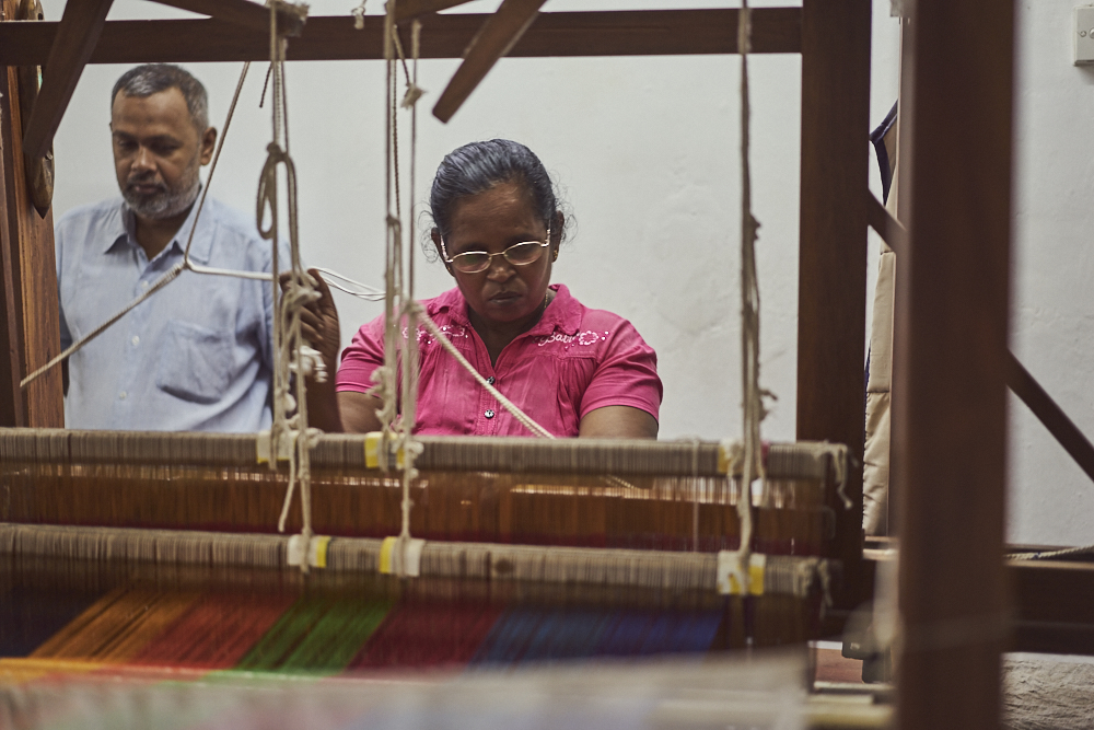 Auf dem Weg wieder zurück in die Unterkunft haben wir noch einen Halt in einer Seidenfabrik gemacht. Gut zu erkennen, eine Dame bei Ihrem täglichen Job. Auch hier wird nebst maschinell hergestellten Produkte noch in Handarbeit gefertigt.