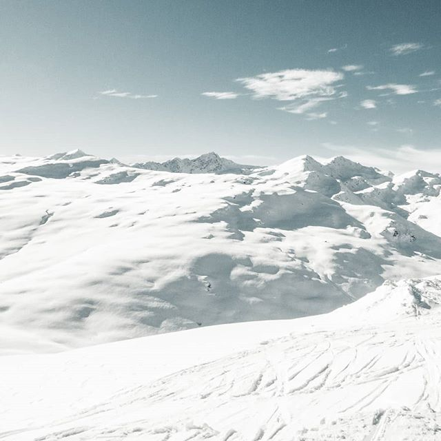 Freedom 😍 _______________________________________  #macsArt #snow #mountains #alps #white #sky #blue #sun #ski #snowboarding #free #freedom #freeride #graubuenden #switzerland #swisstourism #landscape #freiheit #clouds #canon #photo #fun #friend #love