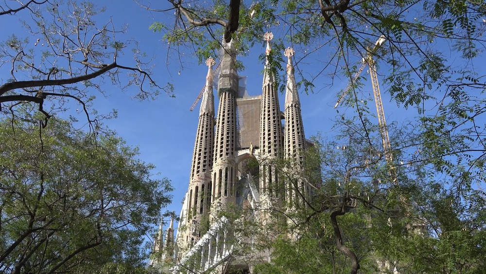Spain Barcelona Sagrada Familia Beyond Trees In Park◹