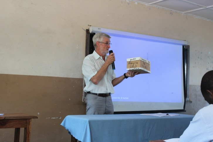 David Bewley discussing a Mozambican version of the Emmanuel Compass.