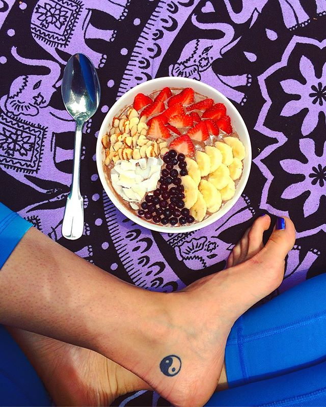 Friday is off to a good start with this Chocolate Protein Acai Bowl! 😍  #Getinmybelly #Acaibowl #Friday #Girlswithtattoos #Vegan #Vegainz #Veganinspo #Vegansofig #Whatveganseat #Bestofvegan #Veganfoodshare #Plantbased #Plantstrong #Plantpower #Poweredbyplants #Easthampton #Cleaneats #Acai #Gofruityourself