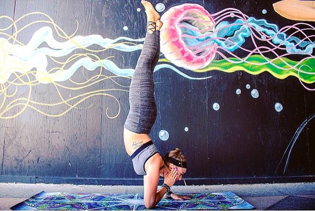 🐙#TBT 📸@shawna.rodgers  #MrJellyMan #Asburypark #NJVegan #Asburyparkboardwalk #Forearmstand #Elbowstand #Pinchamayurasana #Girlswithtattoos #Vegan #Veganinspo #Vegansofig #Yoga #Yogi #Yogaeverydamnday #Practice #Strength #Balance #Namaste #Practiceandalliacoming #Justkeepswimming #Livesankalpa