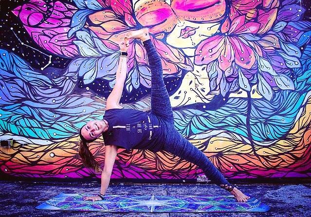 #TGIF ! 💕 📸 @shawna.rodgers  #FBF #Asburypark #Sideplank #Vasisthasana #Asburyparkboardwalk #NJVegan #Vegan #Veganinspo #Vegansofig #Yoga #Yogi #Yogaeverydamnday #Practice #Strength #Balance #Happygirl #Girlseithtattoos #Friday #Vibehigher #Getlifted #Sideplank #Livesankalpa #Gratitude #Shawnarodgersphoto