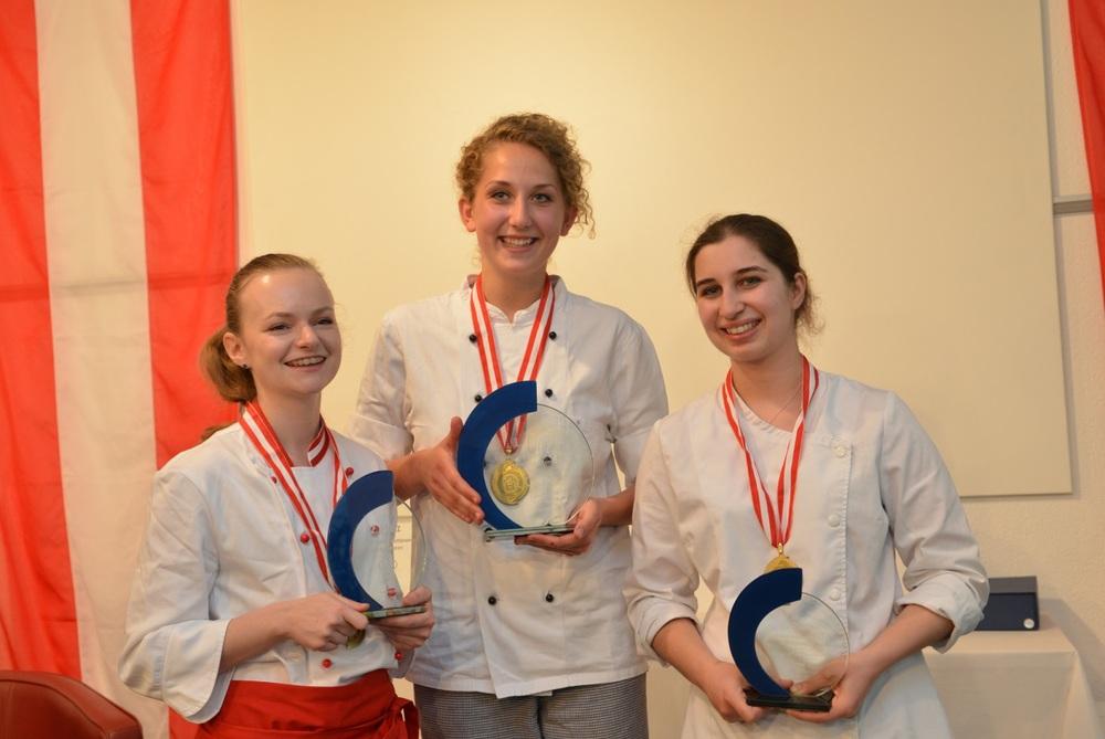 v.l.n.r. Antje Haaser, Siegerin Magdalena Halbmayr, Magdalena Matt (© foto-serra)