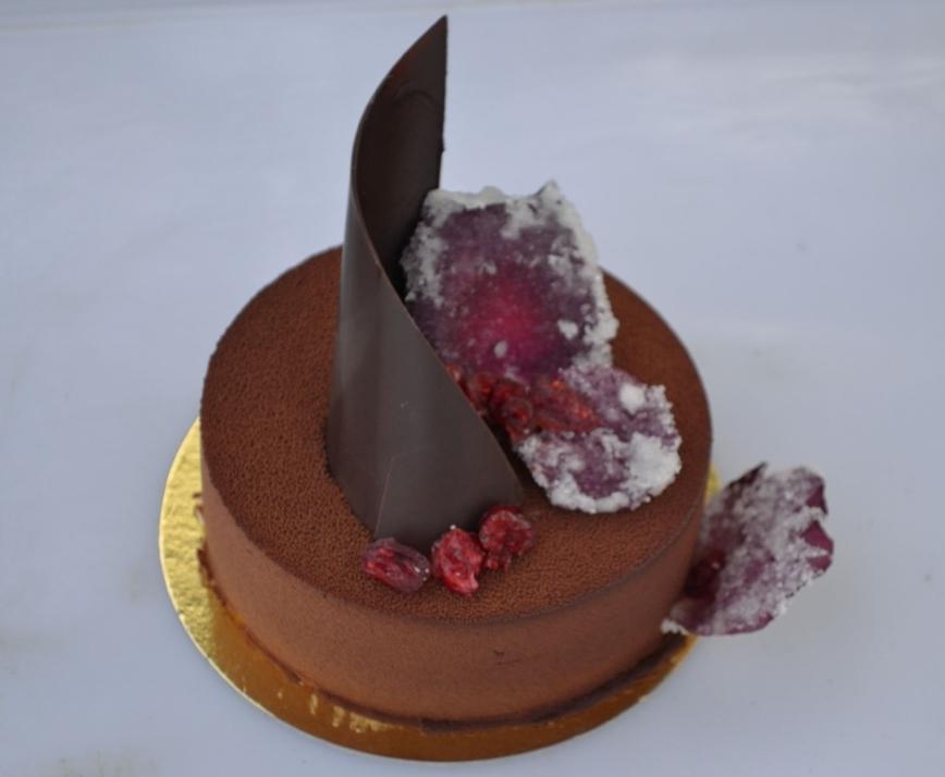 Vegan Torta cremosa: ciliegie, fondente, rose.