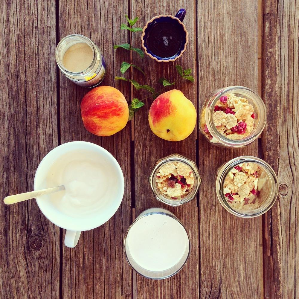 delizia al cucchiaio: budino cocco, yogurt, pesche e menta su base di cereali croccanti ai frutti rossi.