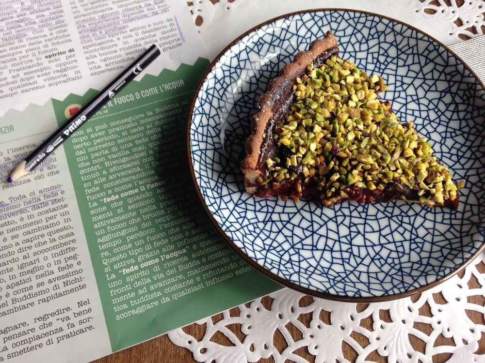 ottime letture e pancia piena, ecco una deliziosa crostata con marmellata, cioccolata e pistacchi...