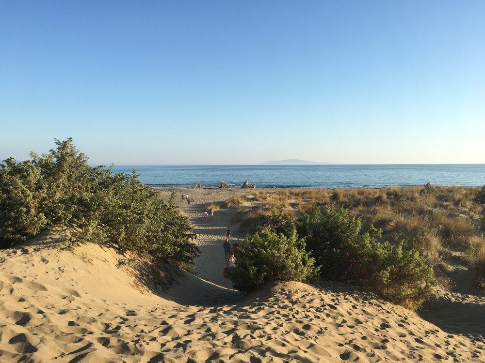 la spiaggia di Collelungo, ci siamo andate a cenare in modalità pic nic l'ultima sera dopo una passeggiata nel parco. E tornando a casa la sera sopra le nostre teste una miriade di stelle... oltre l'orizzonte l'Isola del Giglio <3