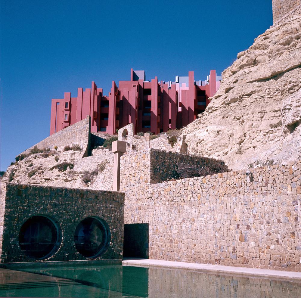 Ricardo_Bofill_Taller_de_Arquitectura_La_Muralla_Roja_Calpe_Spain_(10).jpg