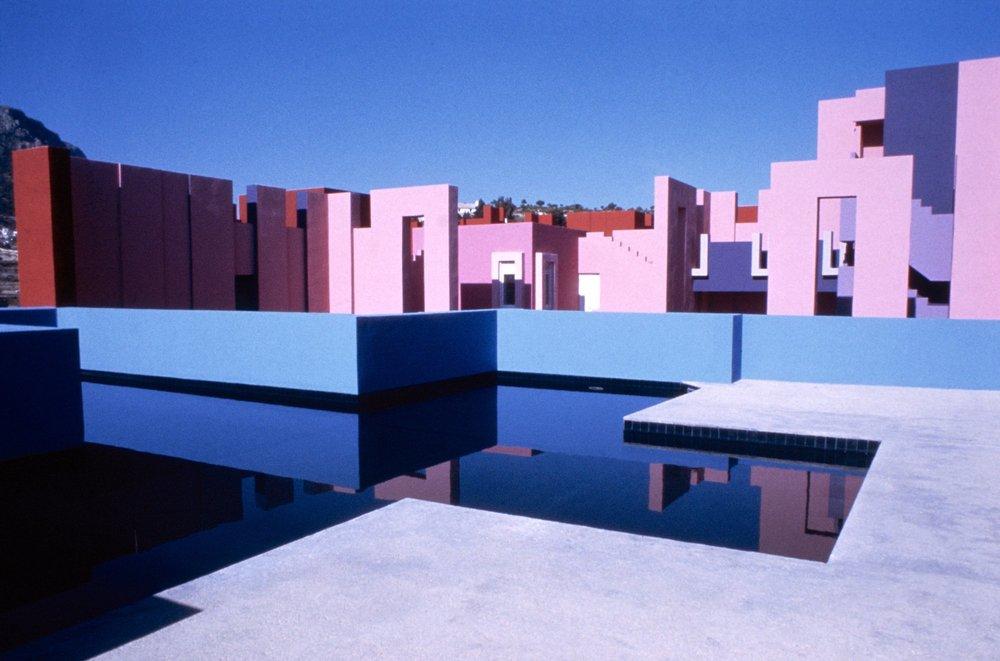 5116b5a7b3fc4b0843000017_ad-classics-la-muralla-roja-ricardo-bofill_ricardo_bofill_taller_de_arquitectura_la_muralla_roja_calpe_spain_-6-.jpg
