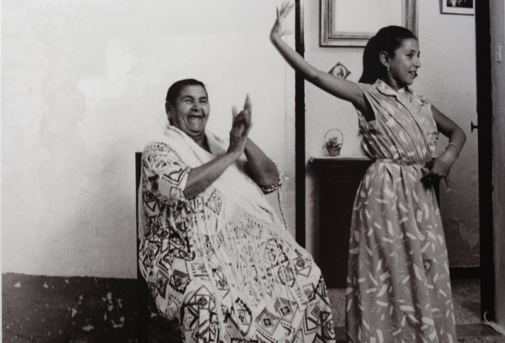 tia-juana-la-del-pipa-y-su-nieta-manuela-sevilla-1983-guilles-larrain.jpg