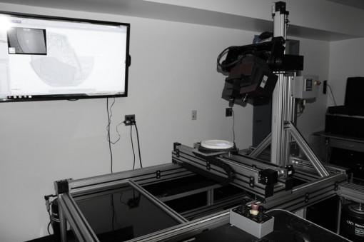 Captura de 3D de no contacto, de alta resolución del escáner 3D utilizado en el proceso digital y dirección de desarrollo. Este escáner 3D captura la información de alivio de artistas modelos, galvanos, utillaje y monedas. La información digital se envía entonces al software de diseño digital para cambios.