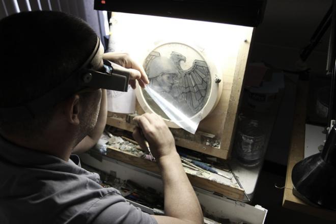 Gaudioso esculpe el Código Talker en la Medalla de Oro del Congreso.