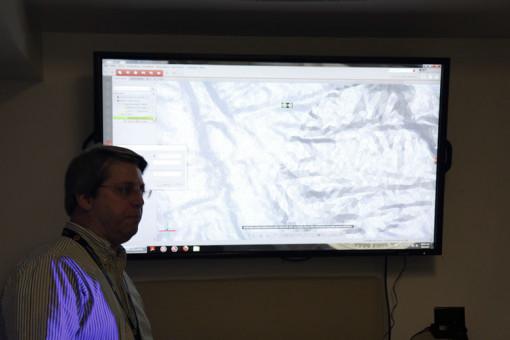Proceso y desarrollo digital Gerente de Sucursal, Stephen C. Antonucci, describe cómo el escáner 3D (ATOS Triple Scan) captura la información de los modelos de los  artistas , galvanos, utillaje y monedas. Tras el procesamiento, la información digital escaneada se envía a la máquina de fresado CNC.