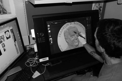 En la foto, Joe utiliza el software digital para esculpir el diseño de la moneda Franklin D. Roosevelt Dólar Presidencial.
