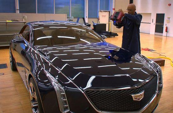 Mike Nolan de diseño en diseño operaciones fabricaciones de General Motors un escáner de luz azul imagen 3D de Cadillac Elmiraj. Los diseñadores utilizan la tecnología de mapas digitales en gran medida en el concept car, que aparece en Los Angeles Auto Show International a través 01 de Diciembre.