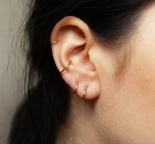 UN GOLD HOOP EARRINGS —