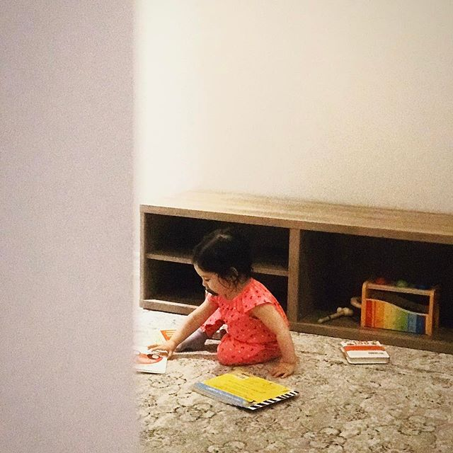 Mornings are for books #islabean #candidchildhood