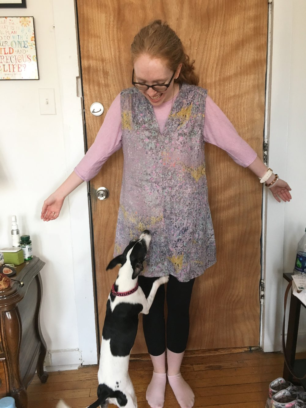 Here's the tunic in less horrible lighting! Yes, I tried it on immediately, over my clothes, on Saturday. Mieze was also very excited about it. 🐶