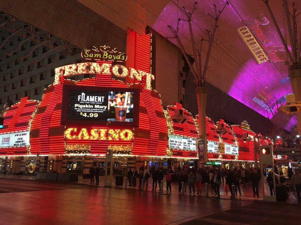 """そんなに経費を掛けられない私は、CESのメイン会場から少し離れたダウンタウンにある、""""フリーモント""""に滞在しました。CES期間中でも値上げしない、ラスベガスで老舗のカジノホテルです。"""