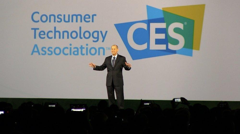 """「 革新的な技術は間違いなく私たちの能力を高めるでしょう。私たちの業界は、文字通り世界を変えています。私たちの地球の最も複合した課題のいくつかを解決し、グローバルに人々の生活を向上させることができるのです。」   ゲーリー・シャピロ氏はスピーチにおいて、もはや """"家電"""" という範疇に収まりきらなくなった、広範なテクノロジーの広がりを強調していた。"""