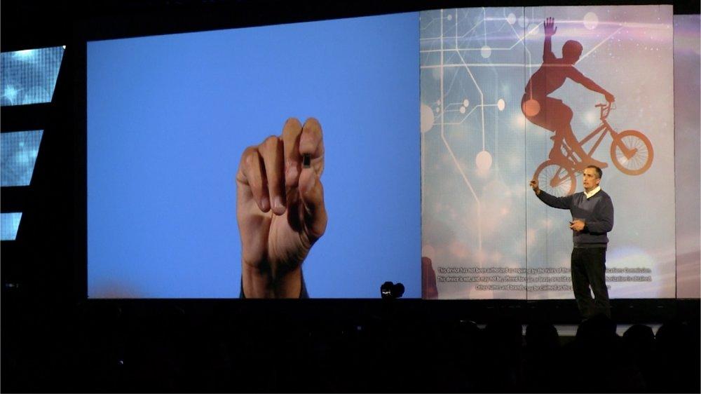 """Intel CEO ブライアン・クリザニッチ氏  「我々はすでに、消費者が製品よりもそれを通した """"エクスペリエンス"""" を選択しているという、コンシューマー・テクノロジーの新しい時代に入ったと考えています。」"""