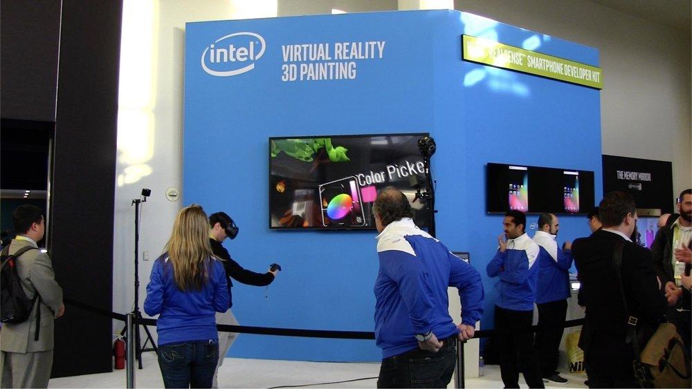 Intel ブースのエントランスでは、先の基調講演でも披露されたバーチャルリアリティを使った3Dペインティングの展示を発見。