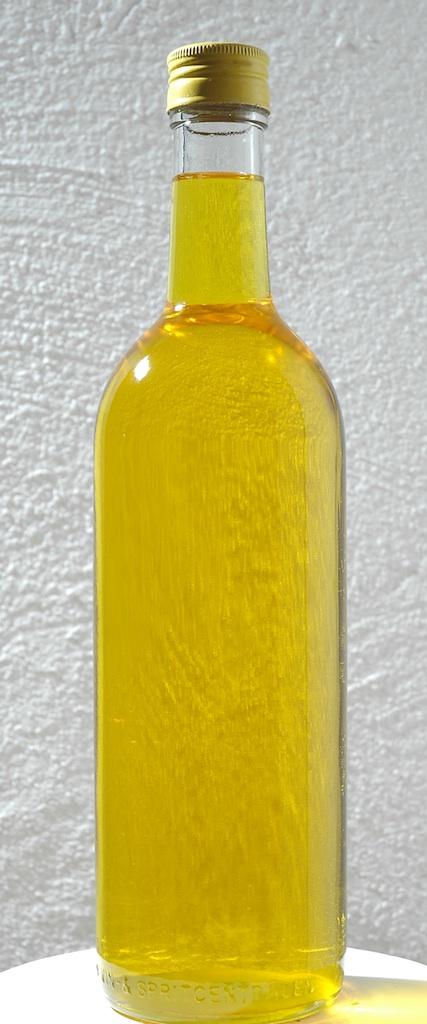 Kallpressad linolja har små molekyler och tränger därför lätt in i trät. Den har en mild, angenäm lukt och är guldgul till färgen. Foto Lars Petersson